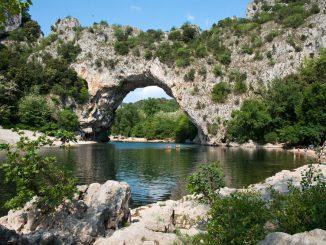 Die Pont D`Arc überspannt die Ardèche. Fotos: Henze, Fotolia