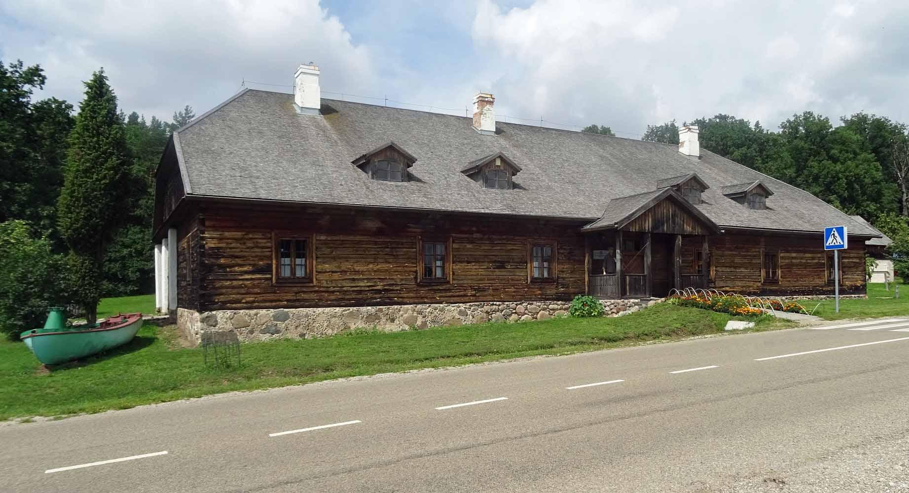 Die Regionalparks-Leitung residiert direkt neben dem Campingplatz Medaus Slenis.