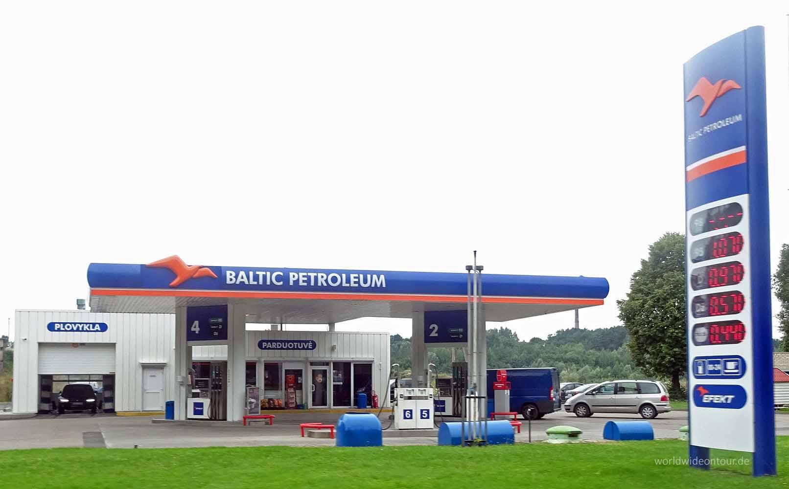 Nur eine Tanke, aber der Name: Baltic Petroleum.