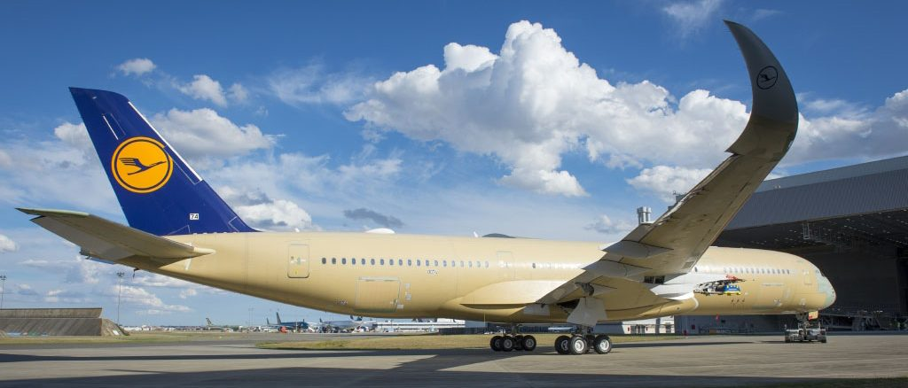 Der erste Lufthansa A 350-900 rollt in den Paint-Shop von Airbus. Fotos: Airbus -Lanceolot, Masclet.
