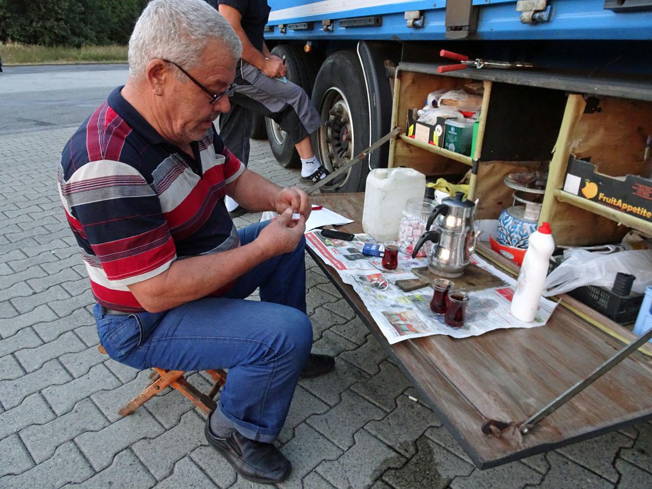 Celal Ceken und seine Außenküche. Fotos: Henze