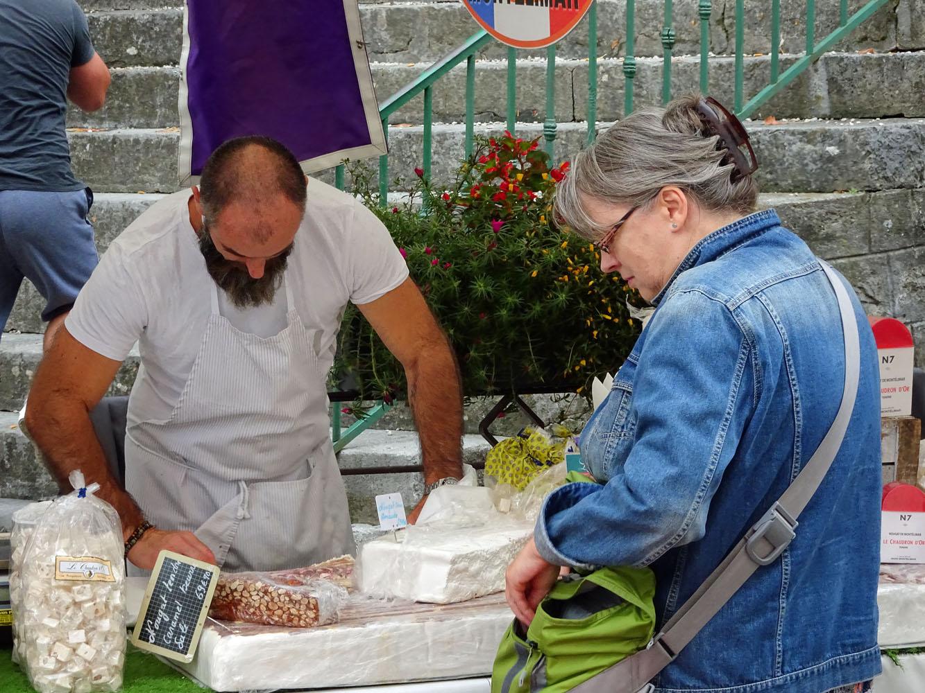 Nougat kaufen auf dem Wochenmarkt in Vallon - Pont d´Arc.