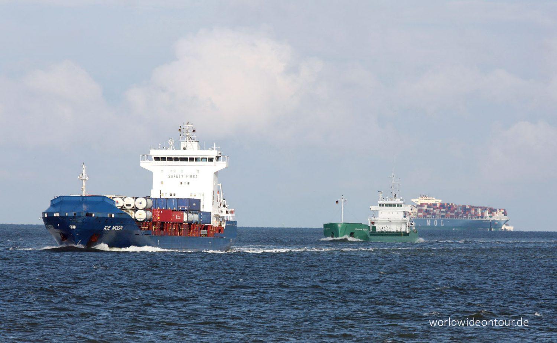 Einkommende Schiffe auf der Außenelbe.