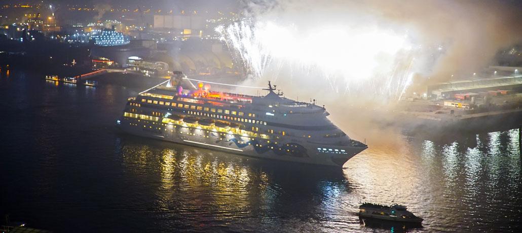 AIDAcara wird in Hamburg nach der Weltreise mit einem Feuerwerk begrüßt (002)