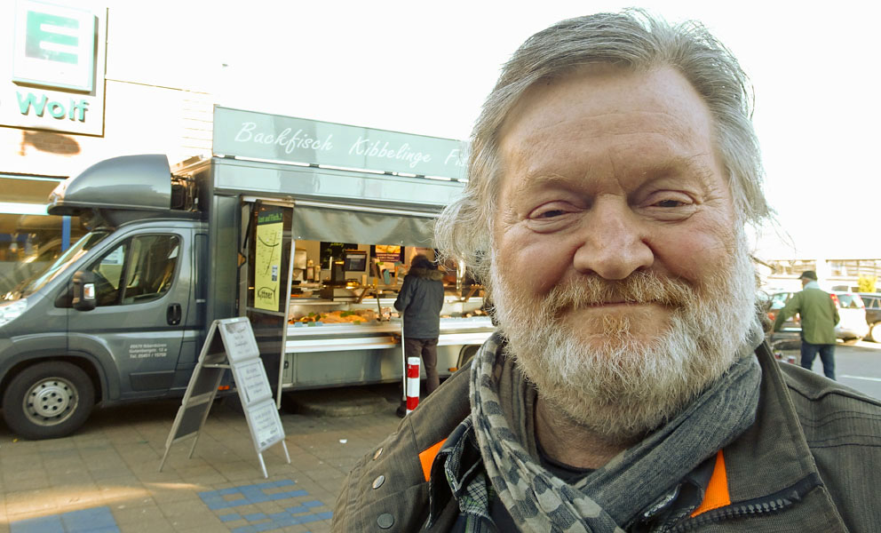 Selfi Wolf vor Verkaufswagen whe